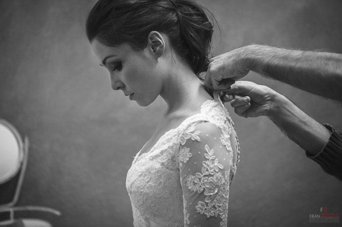 consejos-para-elegir-tu-vestido-de-novia-ideal-prueba-vestido-foto-fran-vaquero-691-x-460-.jpg
