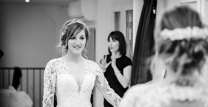 consejos-para-elegir-tu-vestido-de-novia-ideal-prueba-vestido-novia-justo-navas-fotografia-691-x-356-.jpg