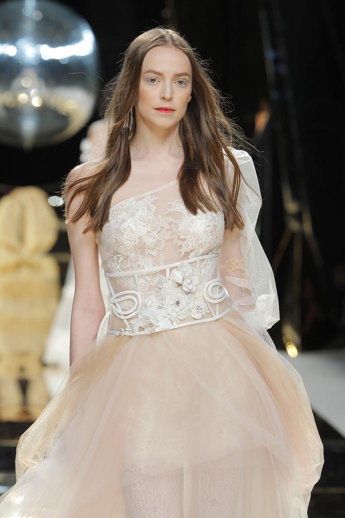 LLUVIA-DE-TENDENCIAS-www.weddingpassion.es-Barcelona-Bridal-Fashion-Week-yolan-cris-04