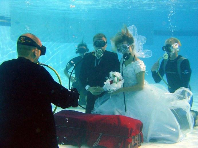 Opciones originales para llegar a tu boda www.weddingpassion.es via bezzia.com