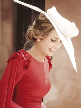 tocados-para-bodas-blog-weddingpassion-es-encarnacion-campanario-invitada-vestido-rojo-691-x-990