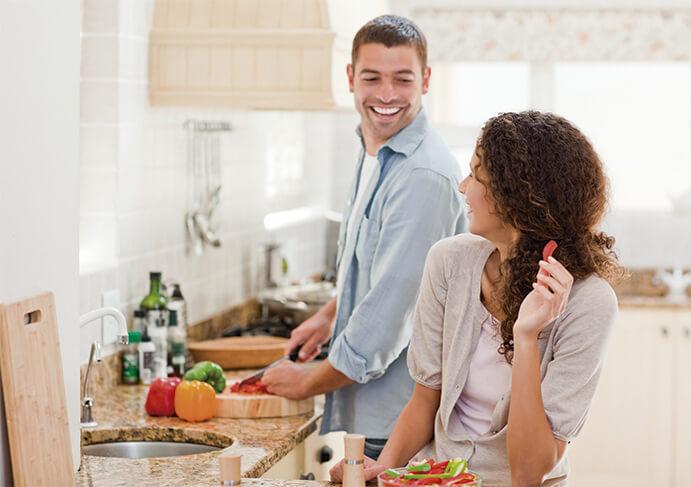 pareja cocinando-691-x-487