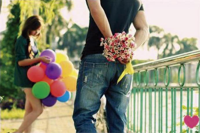 Enamorados momentos-que-enamoran-www.weddingpassion.es-hombre-enamorado-con-flores 691 x 460