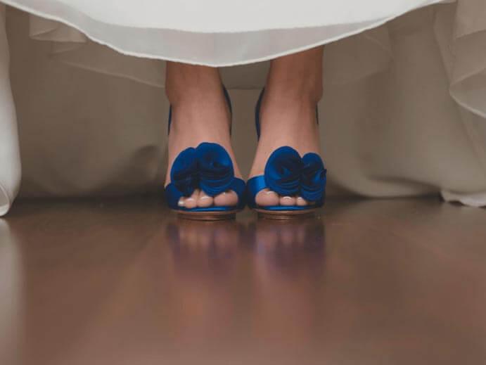 novias-con-zapatos-de-color-691x519