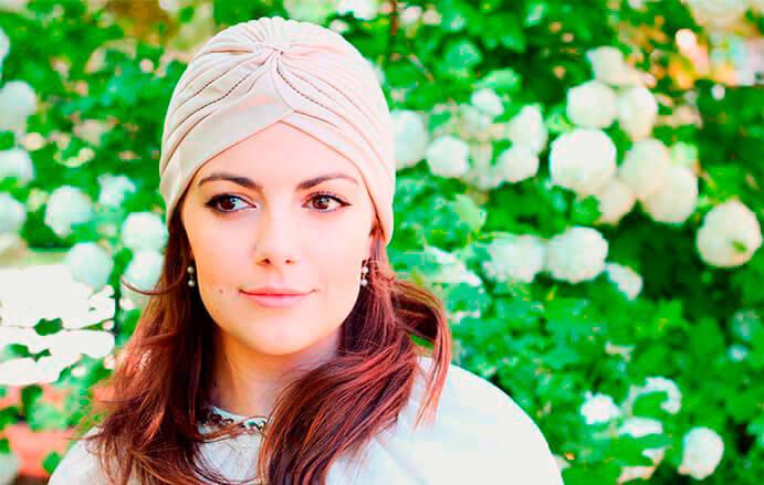 BODA-CON-TURBANTE-turbante-beige-691-x-439