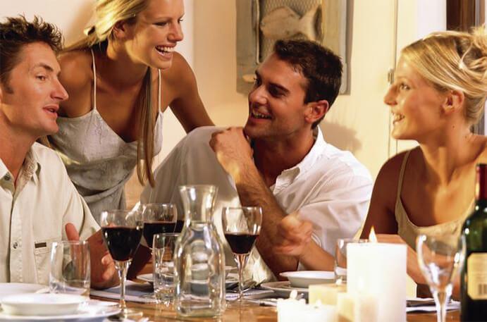 5-planes-romanticos-para-un-dia-de-lluvia-www-weddingpassion-es-cenar-con-amigos-juntos-via-apuntateal7-es 691 x 457