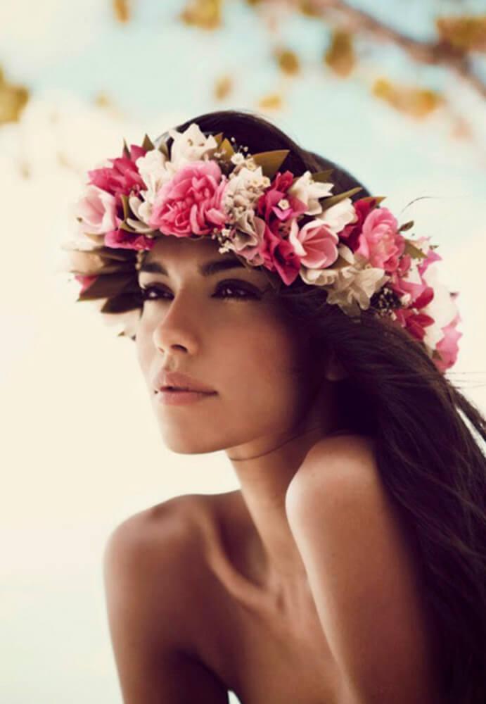 tocados-de-flores La-invitada-perfecta-con-flores-www.wedddingpassion.es-Mujertrend 691 x 1000