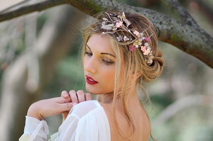 tocados-de-flores La-invitada-perfecta-con-flores-www.wedddingpassion.es-Tendencias de bodas 691 x 460