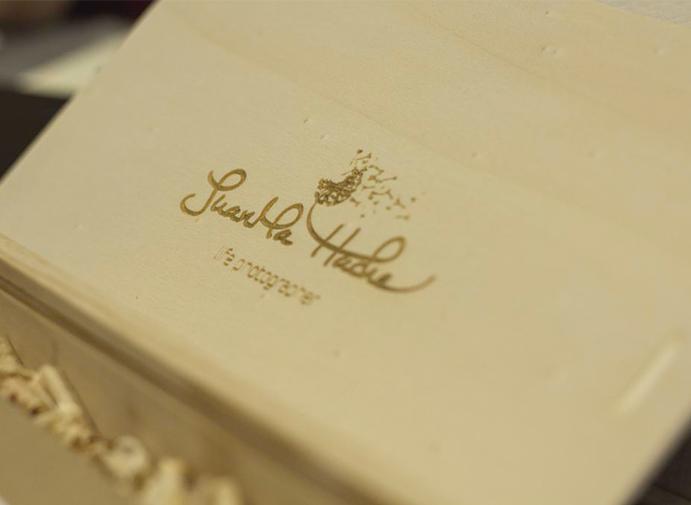 Juanma-Hache-Fotografo-de-Bodas-foto-de-tatiana-abril-para-www.weddingpassion.es-caja-de-madera-para-conservar-fotos-de-boda