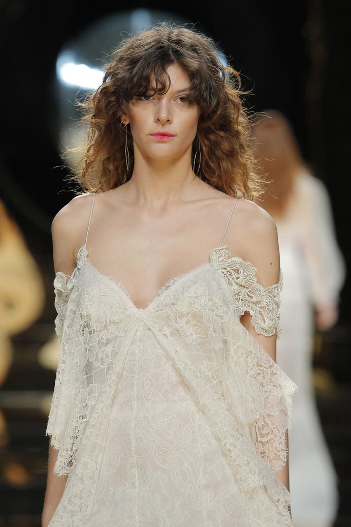 LLUVIA-DE-TENDENCIAS-www.weddingpassion.es-Barcelona-Bridal-Fashion-Week-yolan-cris-01