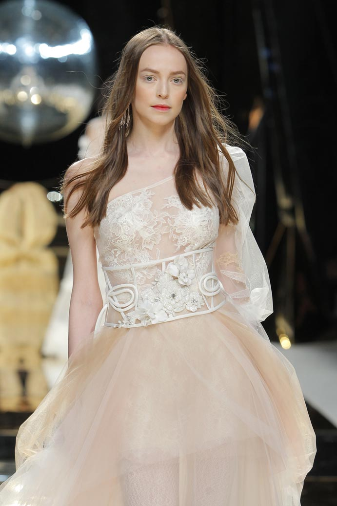 LLUVIA-DE-TENDENCIAS-www.weddingpassion.es-Barcelona-Bridal-Fashion-Week-yolan-cris-04