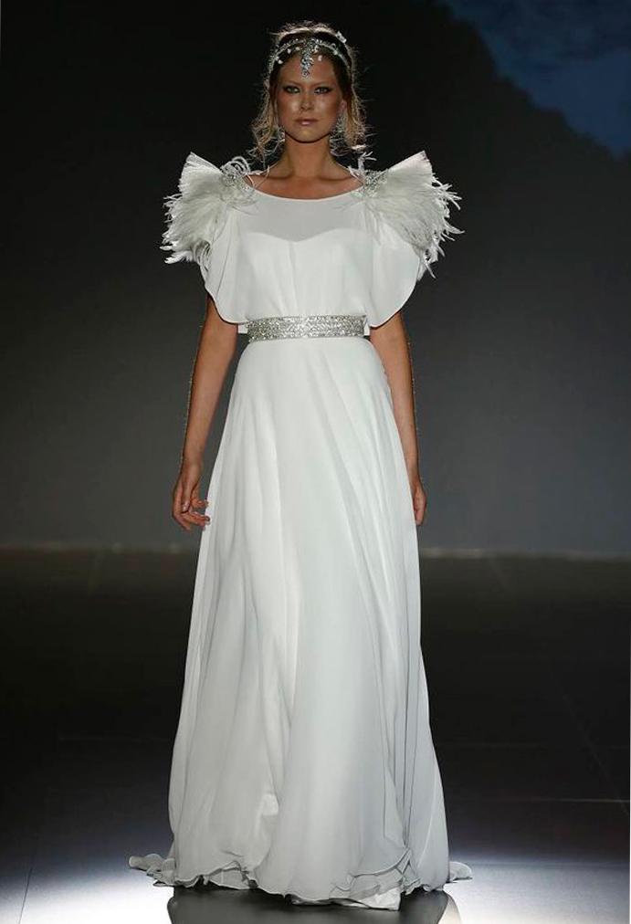 si a las novias con plumas www-weddingpasion-es-foto-jesus-peiro-hombrera-plumas-691x1012