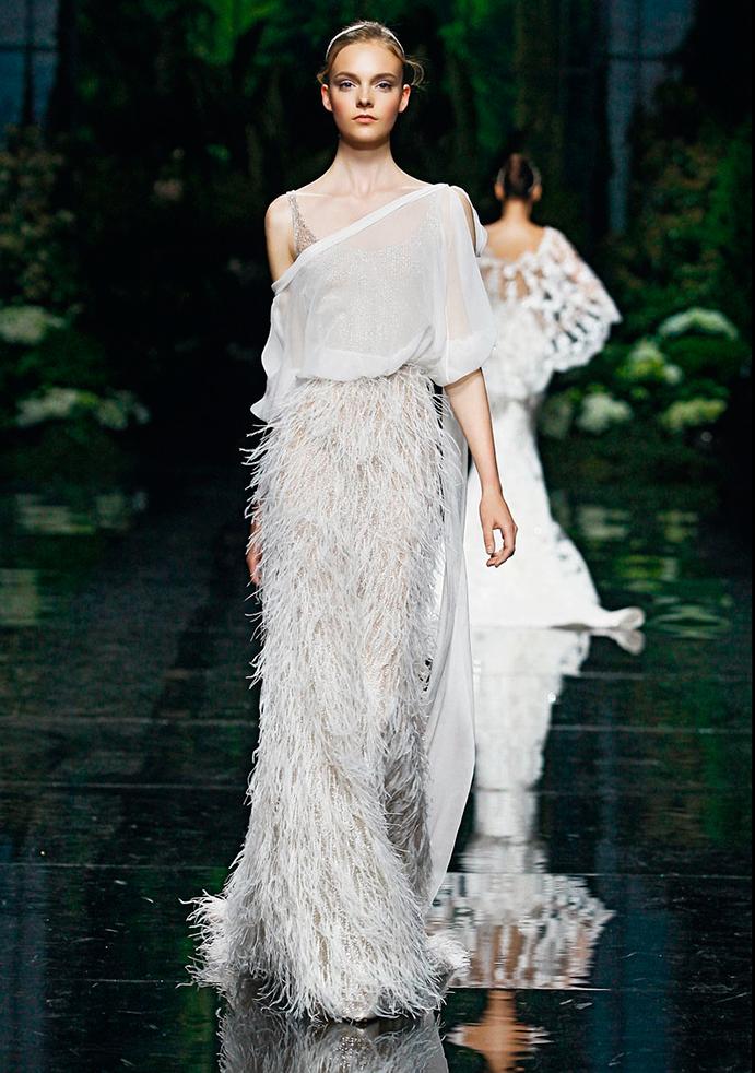 si a las novias con plumas www.weddingpasion.es-foto-manuel-mota-hombro-caido 691x982.