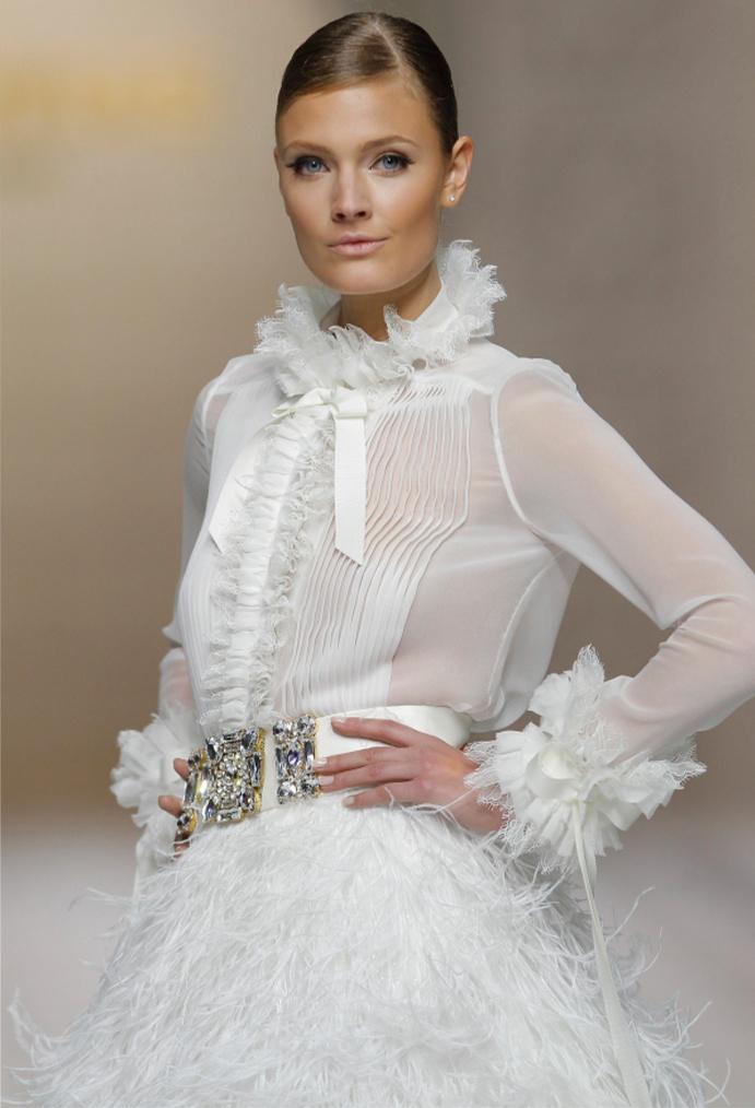 si a las novias con plumas www-weddingpasion-es-foto-pronovias-detalles691x1014