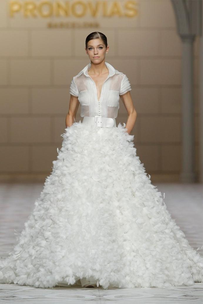 si a las novias con plumas www-weddingpasion-es-foto-pronovias-falda-plumas691x1037
