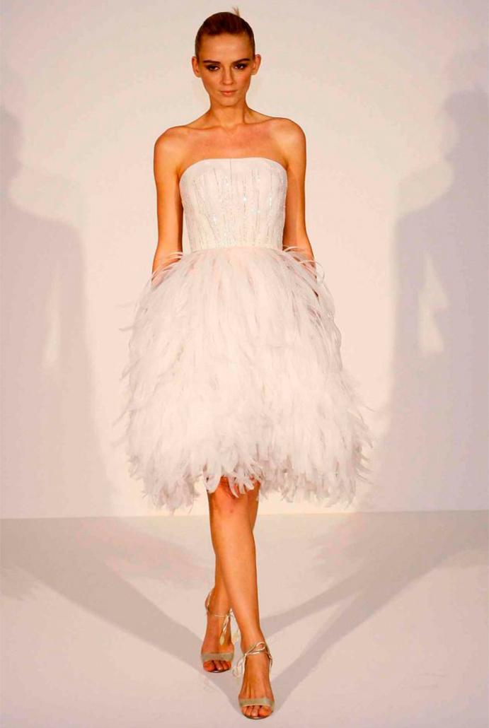 si a las novias con plumas www-weddingpasion-es-foto-pronovias-vestido-corto-691x1030