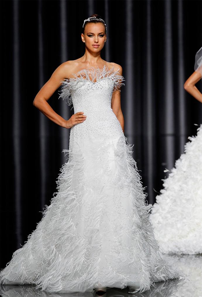si a las novias con plumas www-weddingpasion-es-foto-pronovias-vestido-plumas691x1014