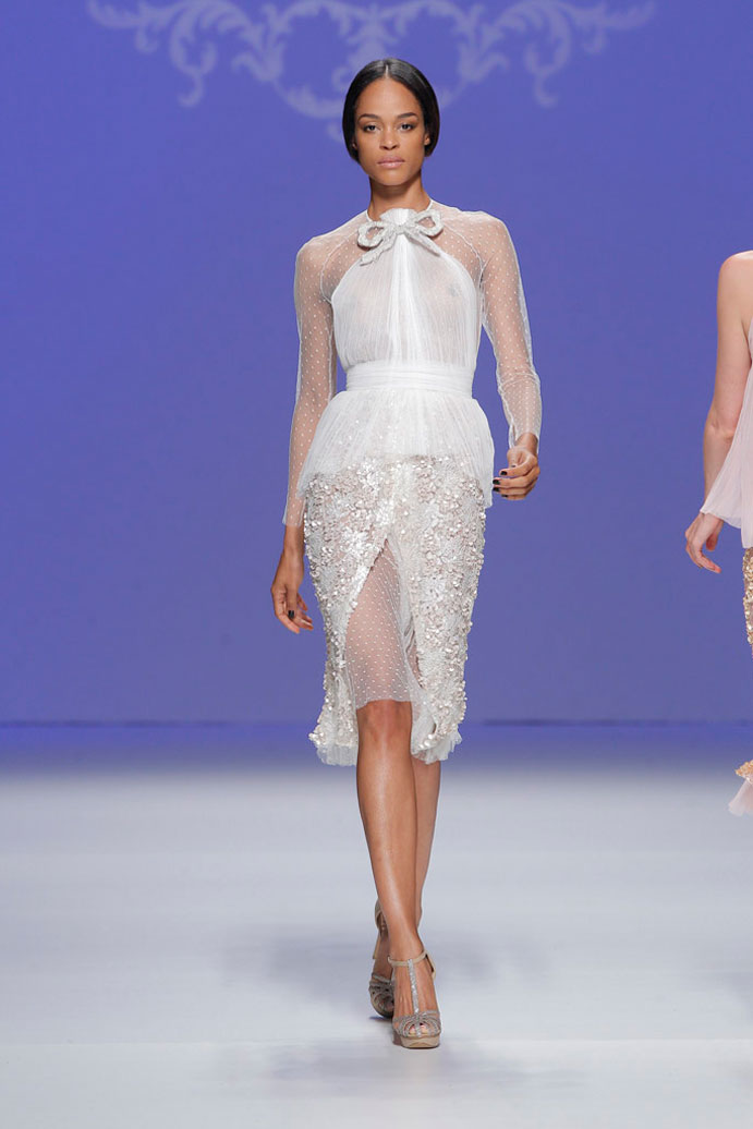 vestidos-cortos-de-novia-www-weddingpassion-es-M&M-plumeti-pedreria-691x1036
