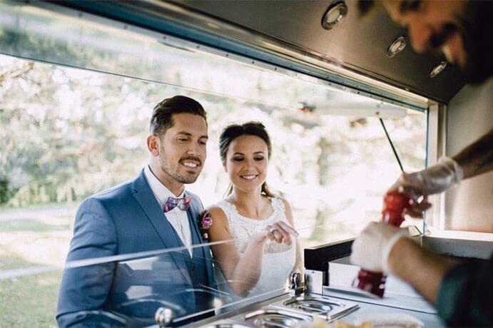 food-trucks-una-boda-sobre-ruedas-weddingpassion-es-foto-padilla-rigau-via-bodasdecuento-691-x-460